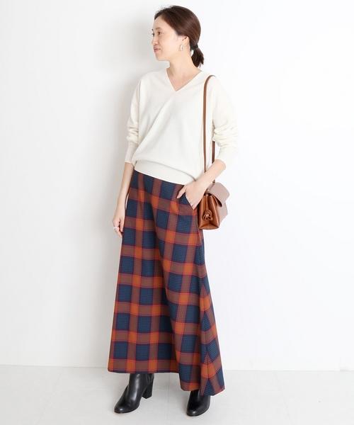 白ニットで華やかな柄スカートを爽やかに着こなす5