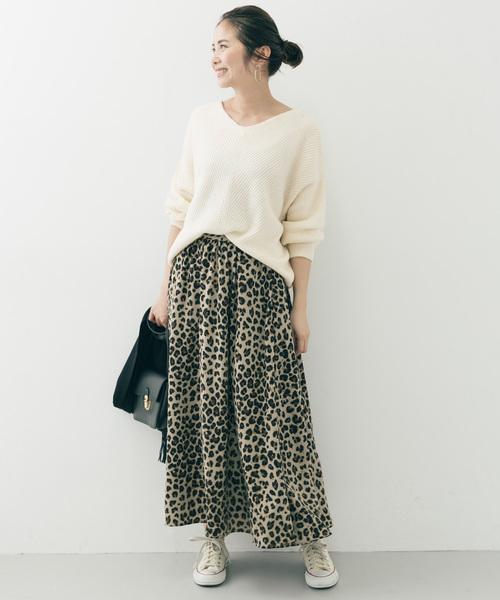 白ニットで華やかな柄スカートを爽やかに着こなす4