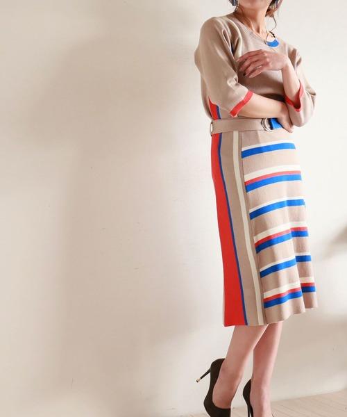 カラーに目を惹くニットセットアップスカートスタイル