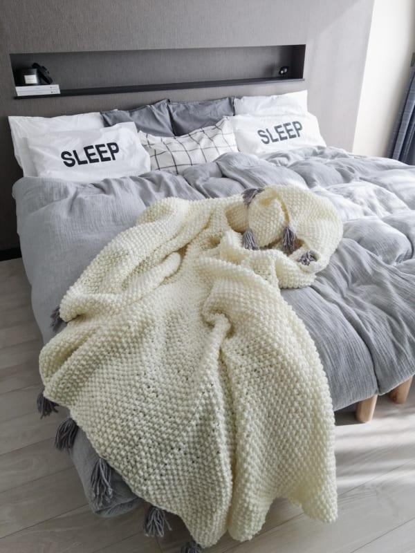 モノトーンでまとめたベッド周りインテリア