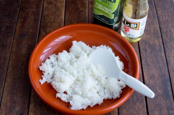 酢飯と具材を作ります