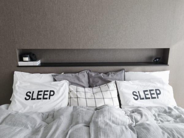 モノトーンでまとめたベッド周りインテリア6
