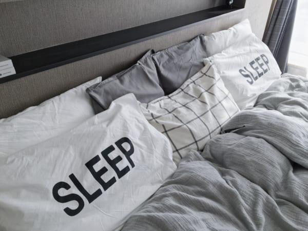 モノトーンでまとめたベッド周りインテリア2