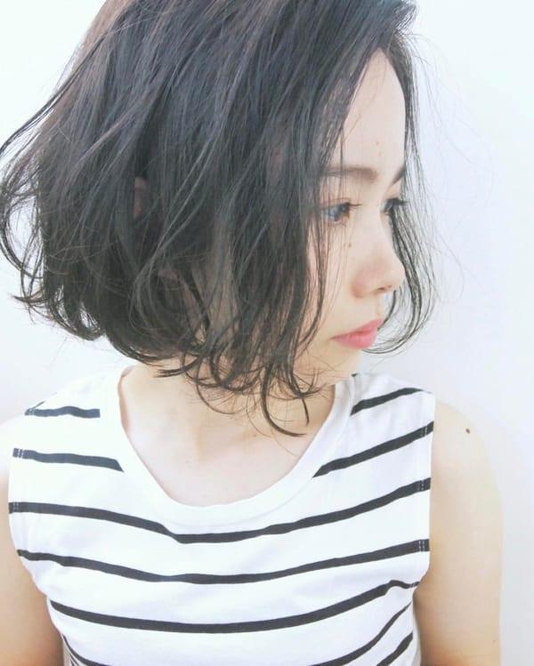 前髪なしの黒髪・ダークカラーのパーマボブ3
