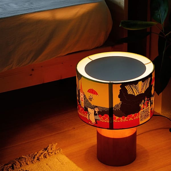 ムーミンたちがシェードに描かれたテーブルランプ