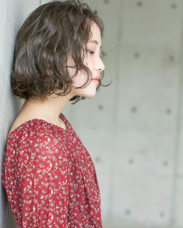 可愛らしい雰囲気の前髪なしのゆるふわパーマボブ2