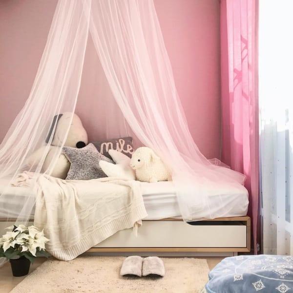 ホワイトのキャノピーとピンクのカーテンで