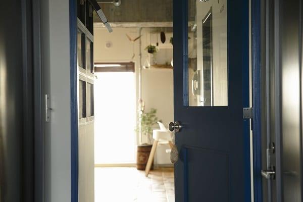 露出させたコンクリートの躯体に、相性の良い床やキッチンをセレクト。2