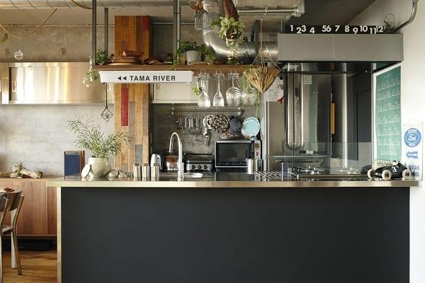 露出させたコンクリートの躯体に、相性の良い床やキッチンをセレクト。3