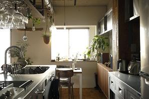 露出させたコンクリートの躯体に、相性の良い床やキッチンをセレクト。4