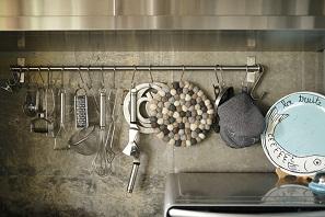 露出させたコンクリートの躯体に、相性の良い床やキッチンをセレクト。5