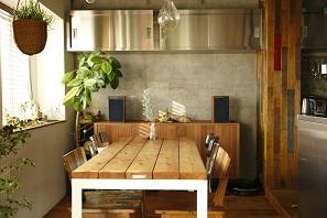 露出させたコンクリートの躯体に、相性の良い床やキッチンをセレクト。6