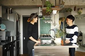 露出させたコンクリートの躯体に、相性の良い床やキッチンをセレクト。7
