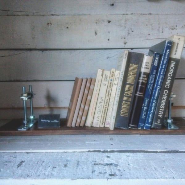 金具がアクセントの本棚