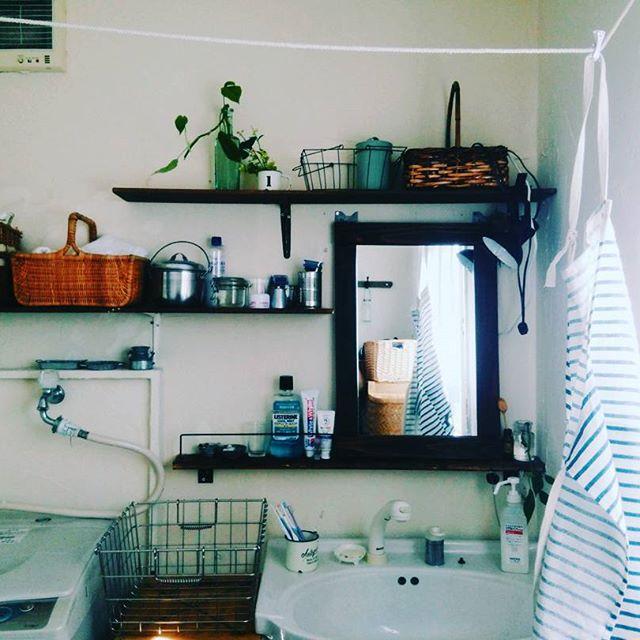 籐カゴやフェイクグリーンを組み合わせて部屋や壁に馴染ませる1