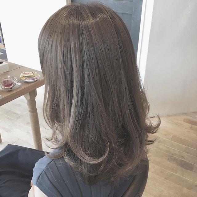 人気ヘアカラーのグレーに注目 暗めナチュラルな髪色はグレー系が