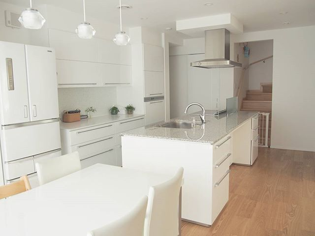クリーンなホワイトカラーのアイランドキッチン2