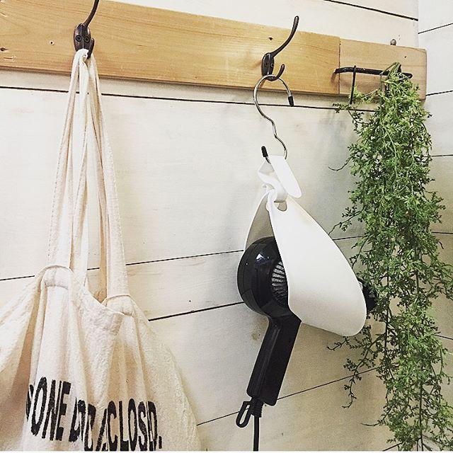 籐カゴやフェイクグリーンを組み合わせて部屋や壁に馴染ませる2