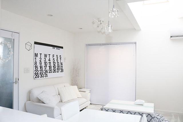 お部屋を広く見せるコツ②明るいトーンの家具を選ぶ2