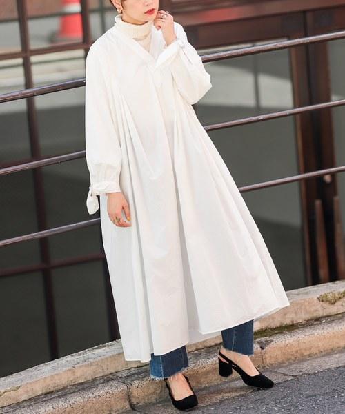 ボリューム感のある白のシャツワンピース