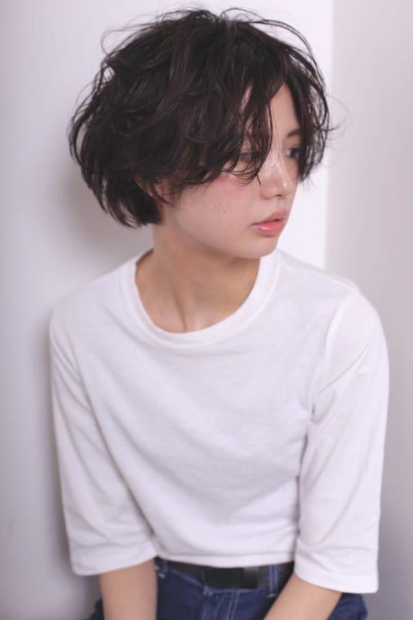 黒髪にイチオシのパーマをかけた髪型7