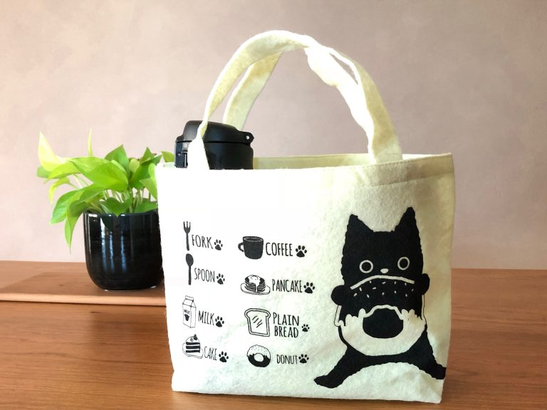 黒猫モチーフのフェルトハンドバッグ