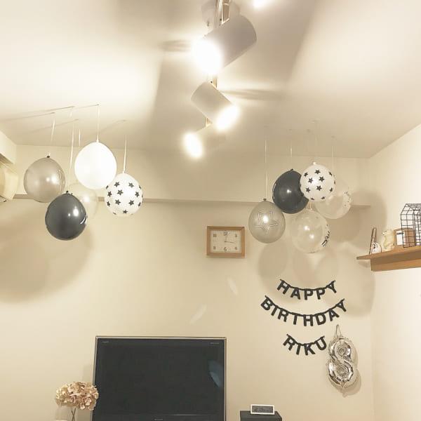 誕生日の飾り付け方 モノトーンバルーン