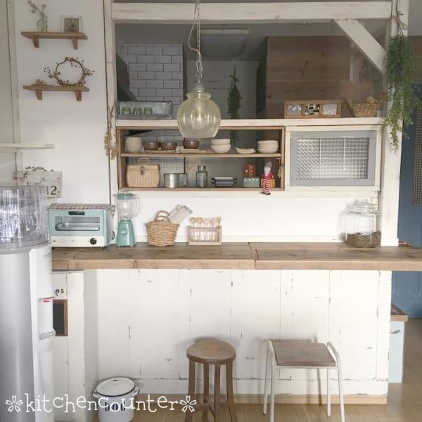 キッチンカウンターのDIY収納実例 シャビーシックインテリア