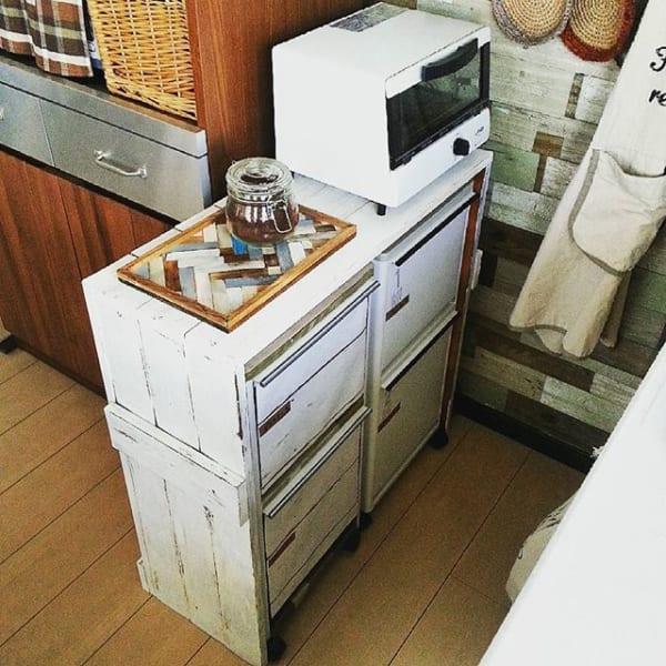 既製品のゴミ箱を隠すDIY棚1