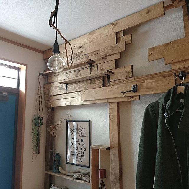 """まるで造り付け家具。""""飾り板""""で突っ張り部分を隠すディアウォールテクニック"""