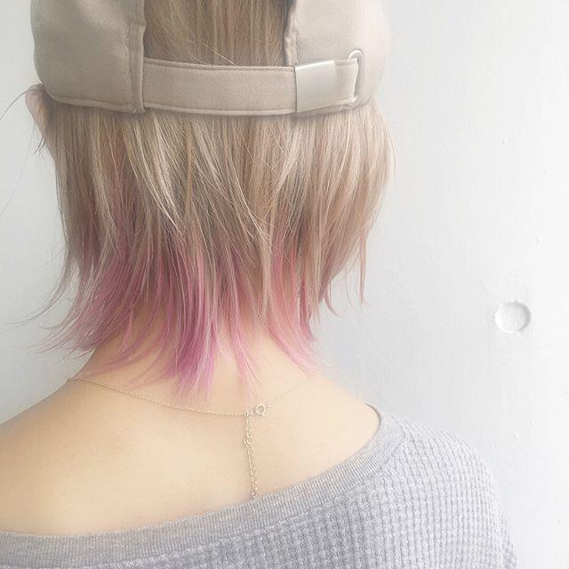 ショートヘアの毛先をピンクのメッシュに
