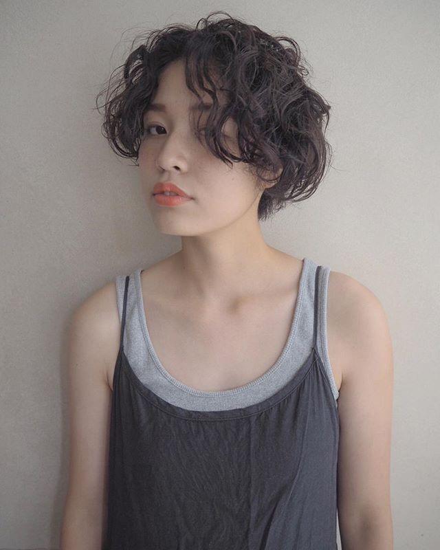 キャップに似合う髪型:ショートパーマ