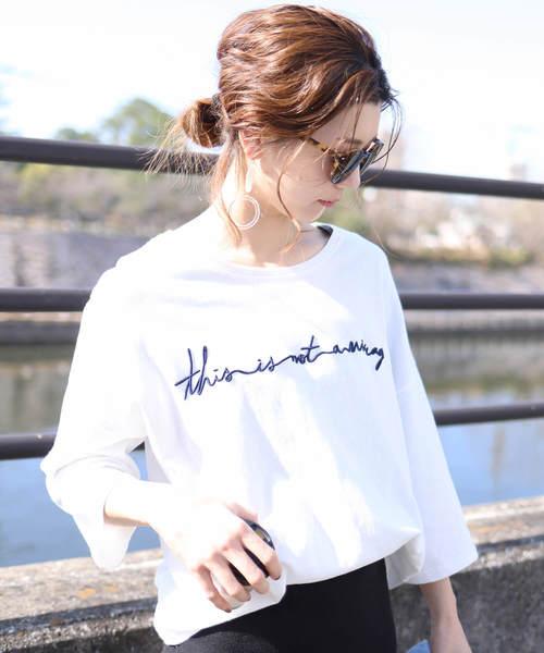 ゆったりシルエット 筆記体 刺繍ロゴTシャツ