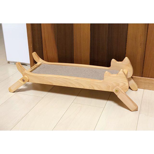 猫の形の木製爪とぎ