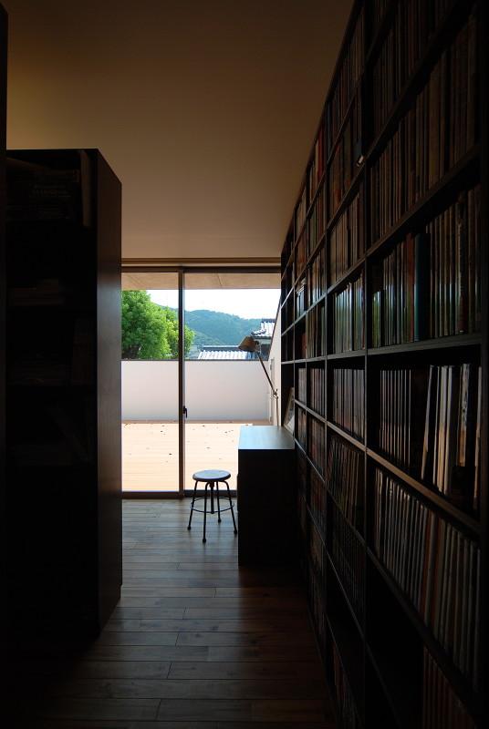 大きな本棚のある家