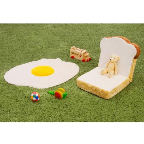 食パン型の座椅子と目玉焼きモチーフのブランケットがセットになったアイテム