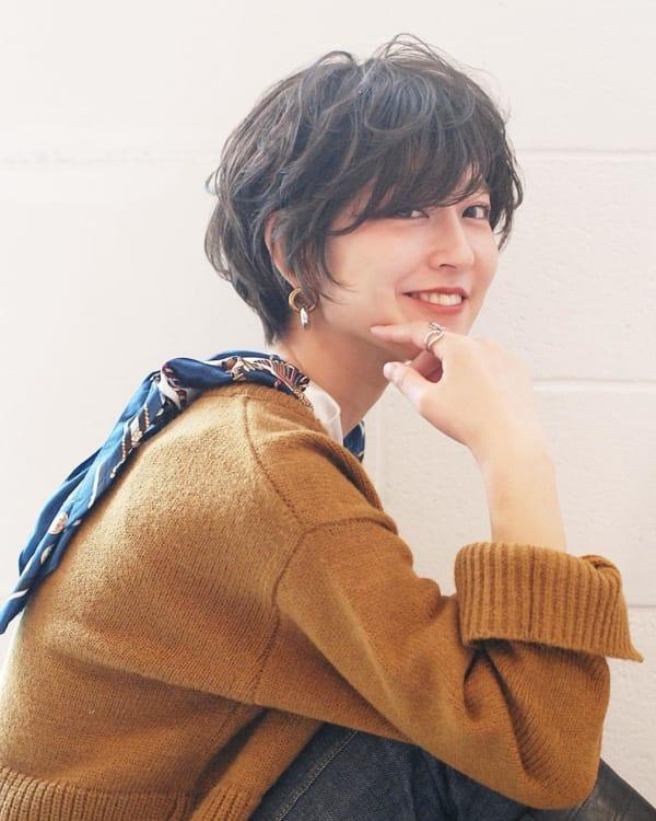 前髪を流すショートカット 面長女性2