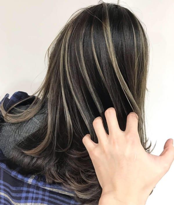 黒髪×ハイライトでトレンドスタイルに!外国人風の透明感を叶え
