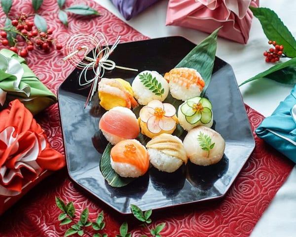 手毬寿司に小さなお花を