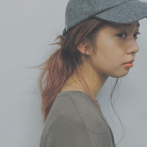 キャップに似合う髪形アレンジ:ローポニーテール2
