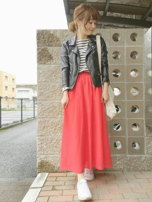 赤スカート×ライダースジャケットの甘辛コーデ