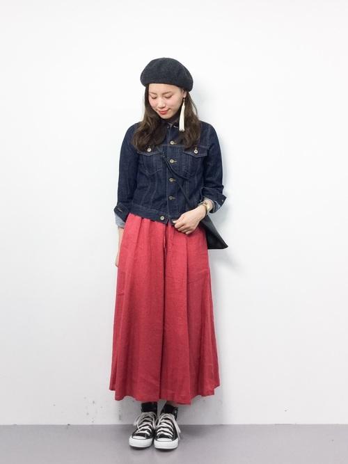 赤スカート×デニムジャケットが好相性2