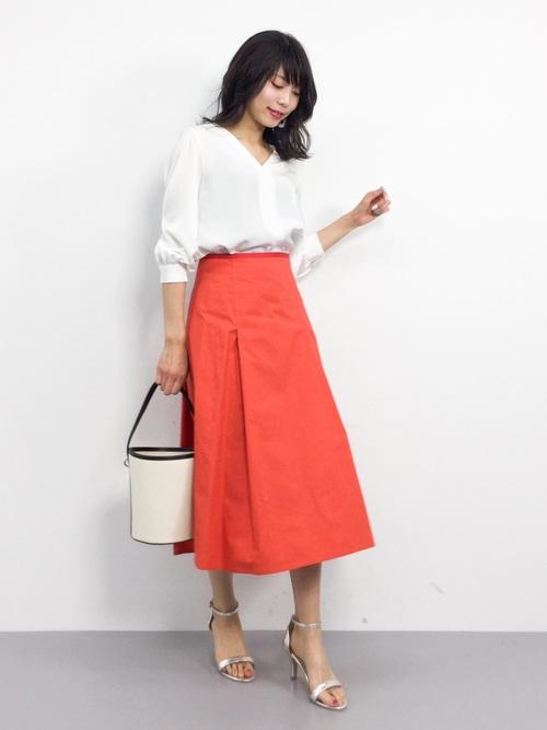 赤スカートにシルバーのシューズをプラスして2