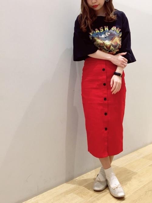 フロントデザインがポイント!赤のタイトスカート
