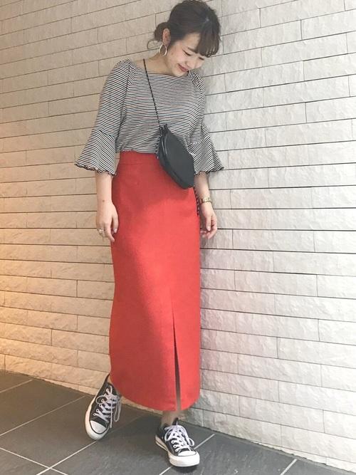 赤のロングタイトスカート