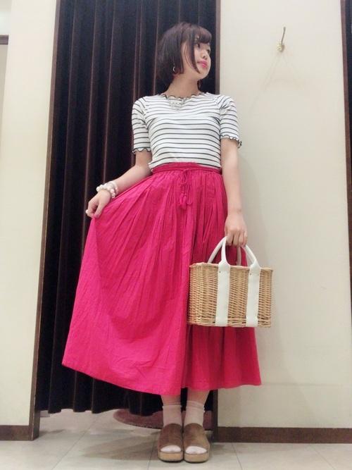 ピンクのフレアスカートコーデ