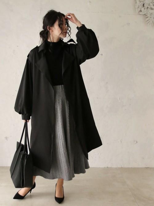 黒パンプス×ボリューム袖コート