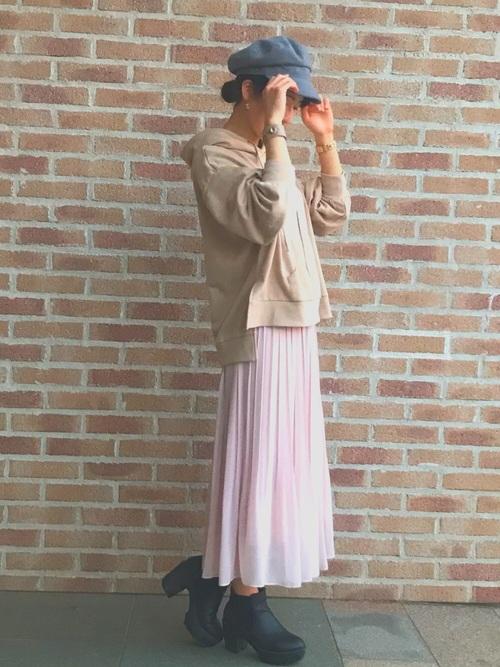 ピンクのプリーツスカートコーデ