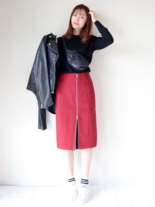 フロントデザインがポイント!赤のタイトスカート2