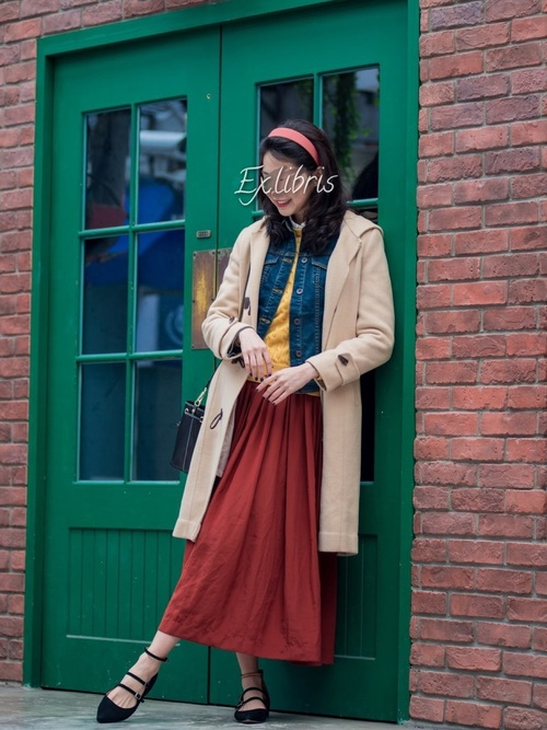 赤スカート×デニムジャケットが好相性